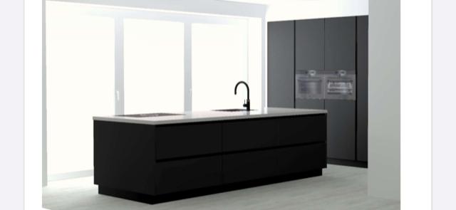 Mat zwarte keuken met ingebouwde kastenwand en koffiecorner in Udenhout