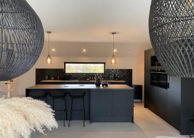 Moderne mat-zwarte leefkeuken in regio Nijkerk